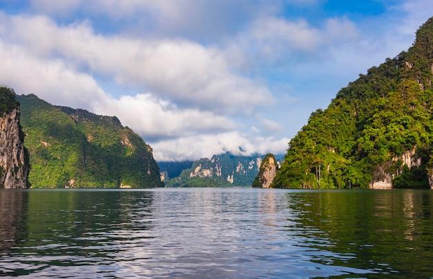 Dia lindo feriado no parque nacional de khao sok, suratthani, tailândia