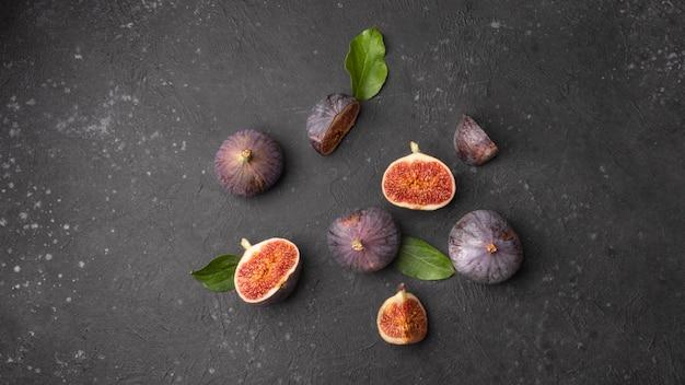 Dia mundial da comida, figos doces maduros com folhas verdes em preto