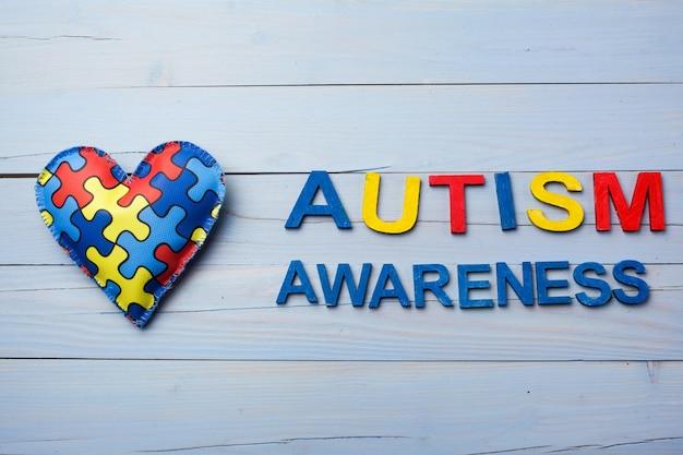 Dia mundial da conscientização do autismo com padrão de quebra-cabeça ou quebra-cabeça no coração