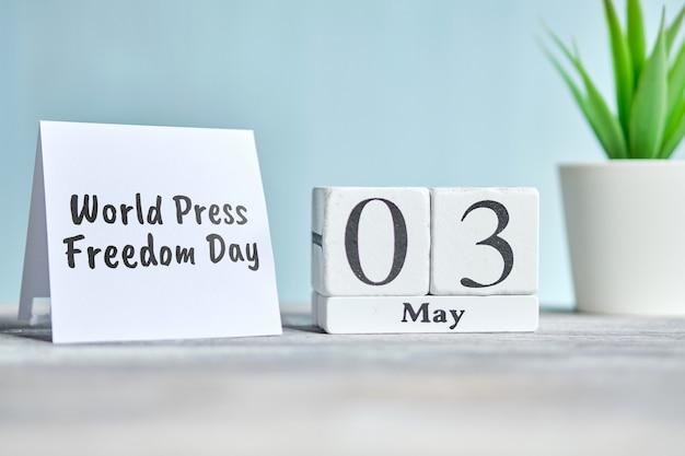 Dia mundial da liberdade de imprensa - 03 o terceiro conceito de calendário do mês de maio em blocos de madeira.