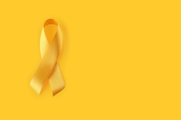 Dia mundial da prevenção do suicídio com fita amarela em um fundo amarelo. fita amarela de setembro
