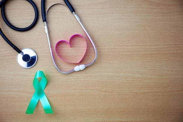 Dia mundial da saúde, cuidados médicos e conceito médico do estetoscópio com fita de coração no espaço de madeira cópia de fundo para o seu texto.