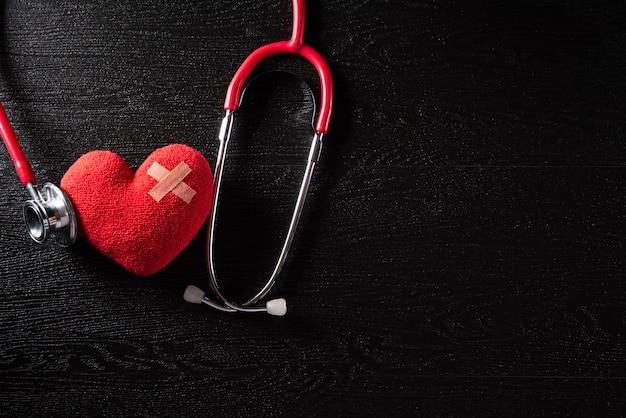 Dia mundial da saúde e conceito médico na textura de fundo de mesa de madeira preta.