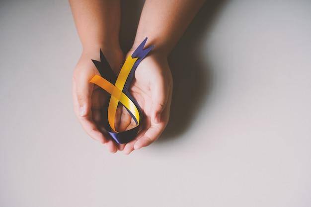 Dia mundial da síndrome de down com laço de fita azul e amarelo disponível