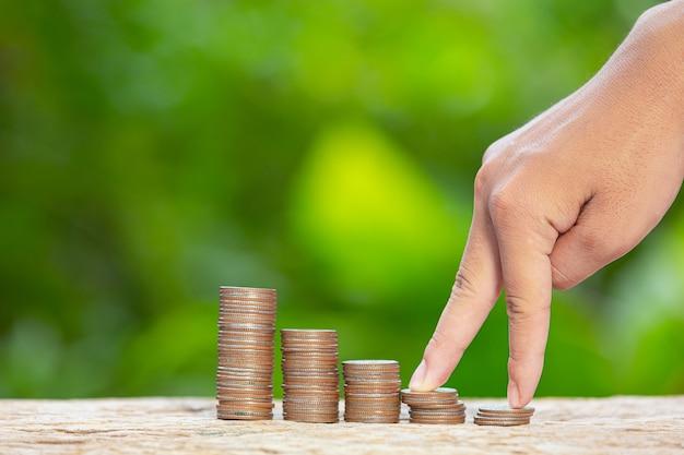 Dia mundial do habitat, imagem aproximada de uma pilha de moedas e uma mão