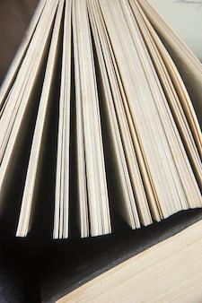 Dia mundial do livro. pilha de livros coloridos. fundo de educação. de volta à escola. conceito de negócio da educação. copie o espaço para texto