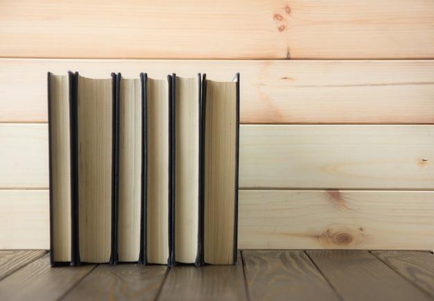 Dia mundial do livro. pilha de livros coloridos. fundo de educação. de volta à escola. conceito de negócio da educação.