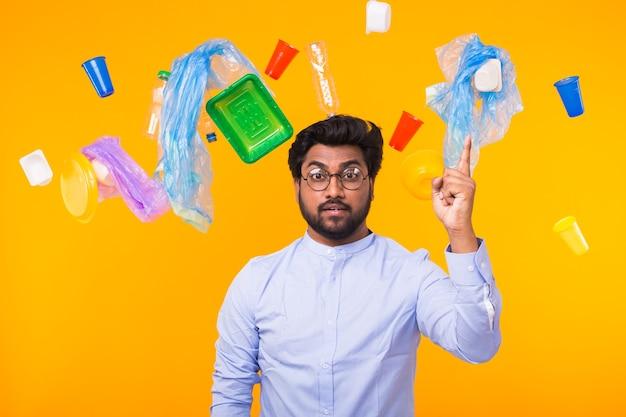 Dia mundial do meio ambiente, problema de reciclagem de plástico e conceito de desastre ambiental - homem indiano