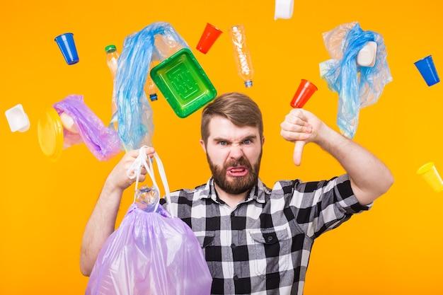 Dia mundial do meio ambiente, problema de reciclagem de plástico e conceito de desastre ambiental - homem irritado