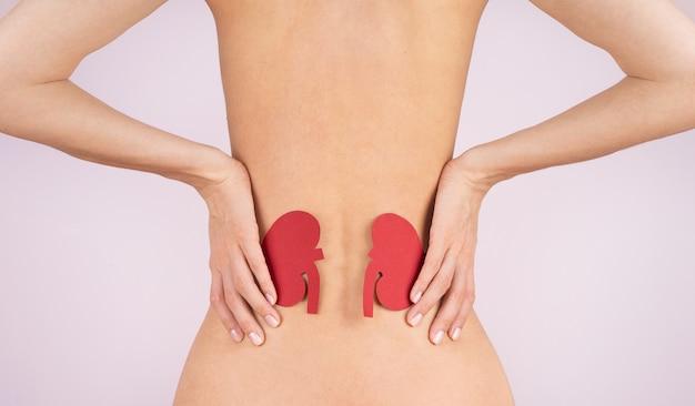 Dia mundial do rim. espasmo do lombo. corpo da mulher. inflamação da coluna e dos rins, dor. mulher massageando a dor nas costas.