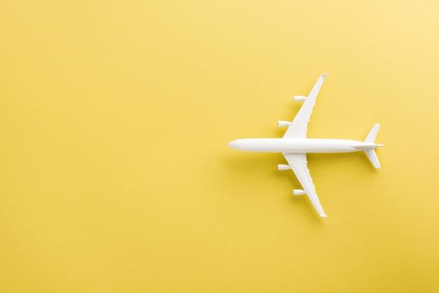 Dia mundial do turismo vista de cima plana lay out de modelo de avião de brinquedo mínimo