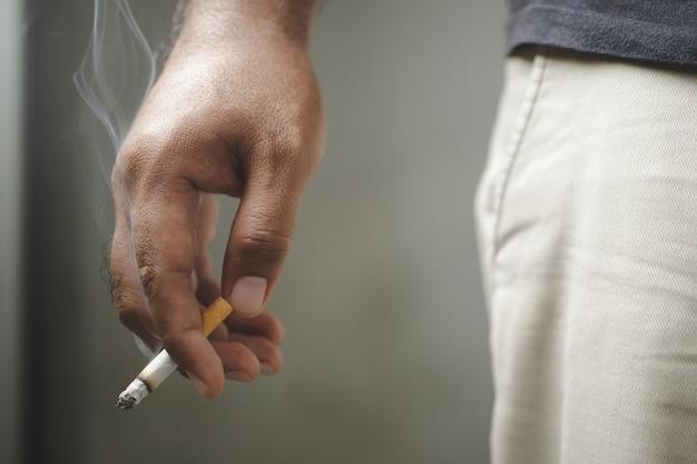 Dia mundial sem tabaco, homem fumando