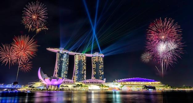 Dia nacional de cingapura, belos fogos de artifício em marina bay