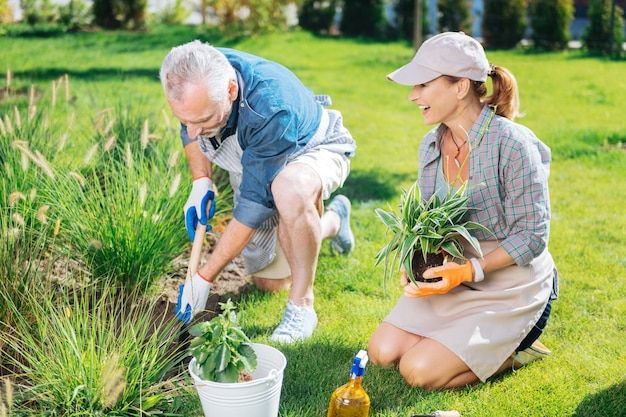 Dia no jardim. lindo casal feliz sentindo-se memorável e extremamente feliz enquanto passa o dia no jardim