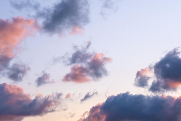 Dia nublado com muitas pequenas nuvens no fundo do céu azul laranja céu dramático durante o pôr do sol