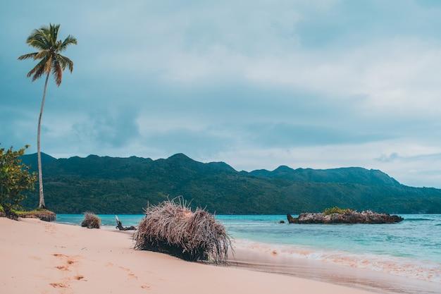 Dia nublado na praia do paraíso