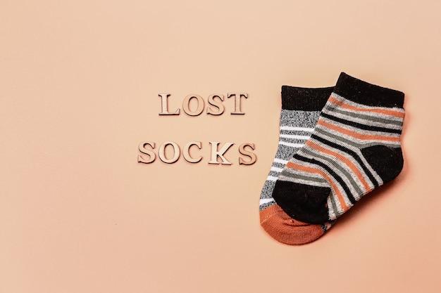 Dia perdido meias meias solitárias em um fundo bege