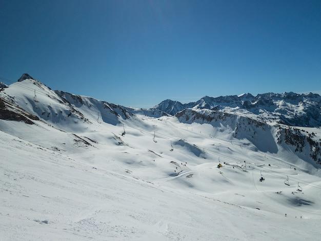 Dia perfeito de esqui na primavera