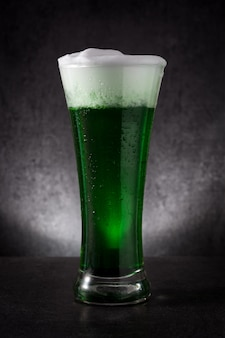 Dia tradicional st patrick verde cerveja na mesa preta.