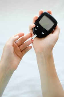 Diabetes conceito de dedo infantil com gota de sangue para verificar o nível de açúcar no sangue