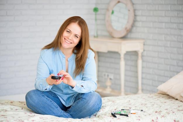 Diabetes para verificar o nível de açúcar no sangue. mulher, usando, lancelet, e, gl