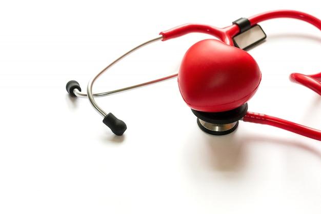Diagnóstico cardiológico, tratamento e prevenção do infarto do miocárdio. estetoscópio vermelho a