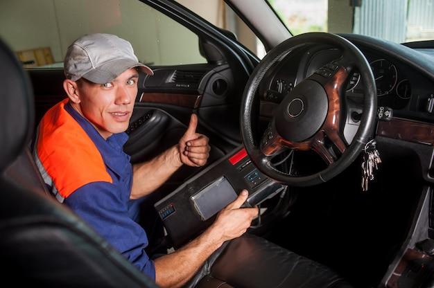 Diagnóstico de carro mecânico a direção no serviço de reparo de auto