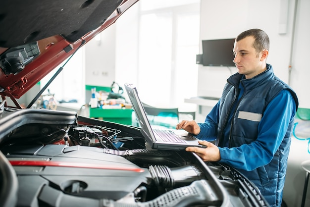 Diagnóstico de computador do carro em serviço automático