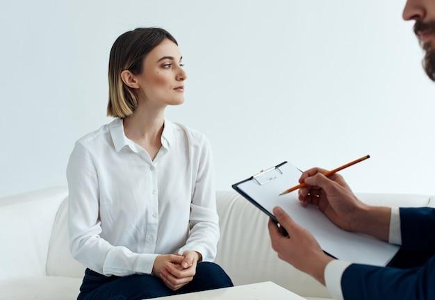 Diagnóstico de discussão de comunicação de problema de psicóloga feminina