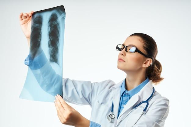 Diagnóstico médico feminino, exame de raio-x hospital, luz de fundo