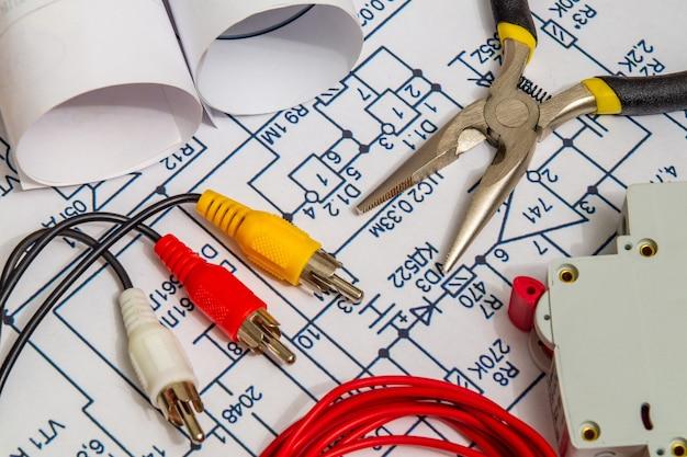 Diagramas elétricos, acessórios e pinças de metal, conceito de casa de construção para projetos de engenharia