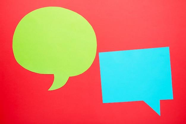 Diálogo - duas bolhas do discurso em branco no backgrounnd vermelho