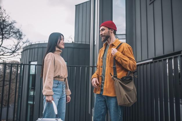 Diálogo. jovem e mulher com roupas casuais conversando do lado de fora