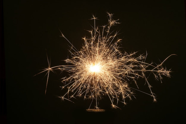 Diamante de natal de ano novo em fundo escuro com luzes de bokeh.