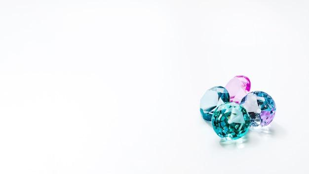Diamantes espumantes no fundo branco