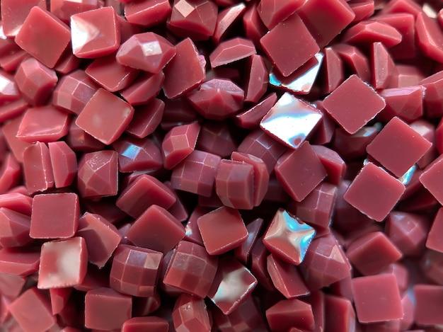 Diamantes quadrados marrons de close-up para bordados de diamantes. hobbies e diy, materiais para a criação de bordados de diamante.