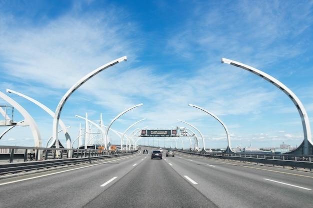 Diâmetro da via expressa ocidental da rodovia em um dia ensolarado são petersburgo, rússia, junho de 2021.