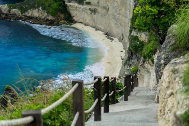 Diamond beach é uma deslumbrante praia escondida localizada na base de um penhasco íngreme em nusa penida bali