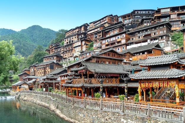 Diaojiaolou na vila de xijiang miao, guizhou, china.
