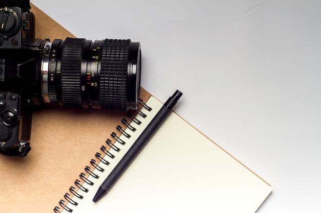 Diário com câmera e lápis