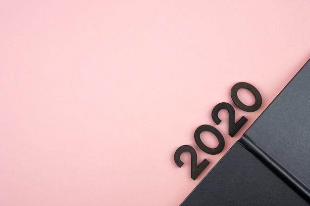 Diário de ano novo 2020 em fundo rosa