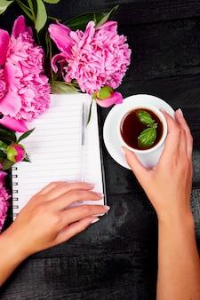 Diário de escrita de mão de mulher, ou carta, nota com xícara de café.