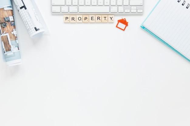 Diário e teclado com planta no pano de fundo branco