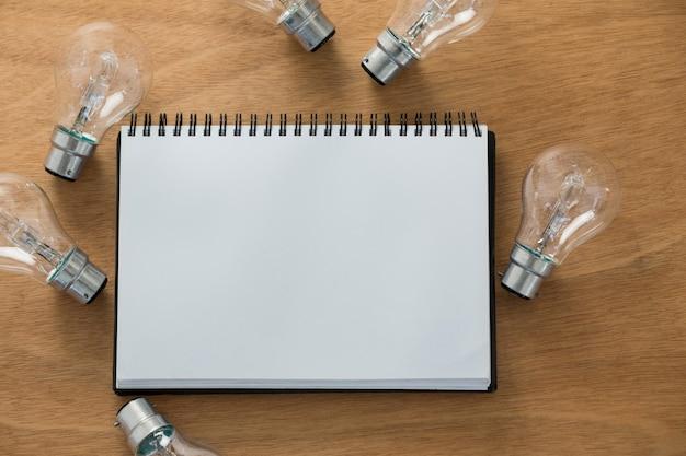 Diário em branco com lâmpadas