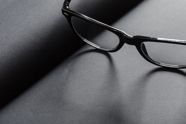 Diário em branco preto com óculos