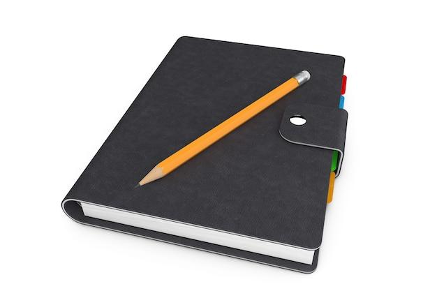 Diário pessoal ou livro organizador com capa de couro preto e lápis sobre fundo branco.