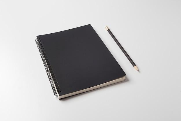 Diário preto com lápis