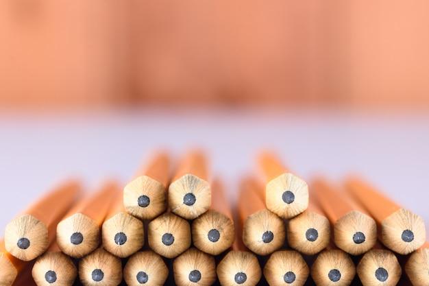 Dicas de lápis na mesa com fundo de madeira