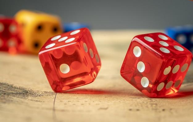 Dices coloridos no mapa. o conceito de jogos de tabuleiro e uma chance de sorte de ganhar