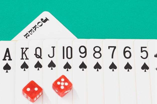 Dices e cartas na mesa do casino verde